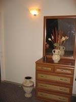 Спальня, вазы и светильники - греческий стиль.